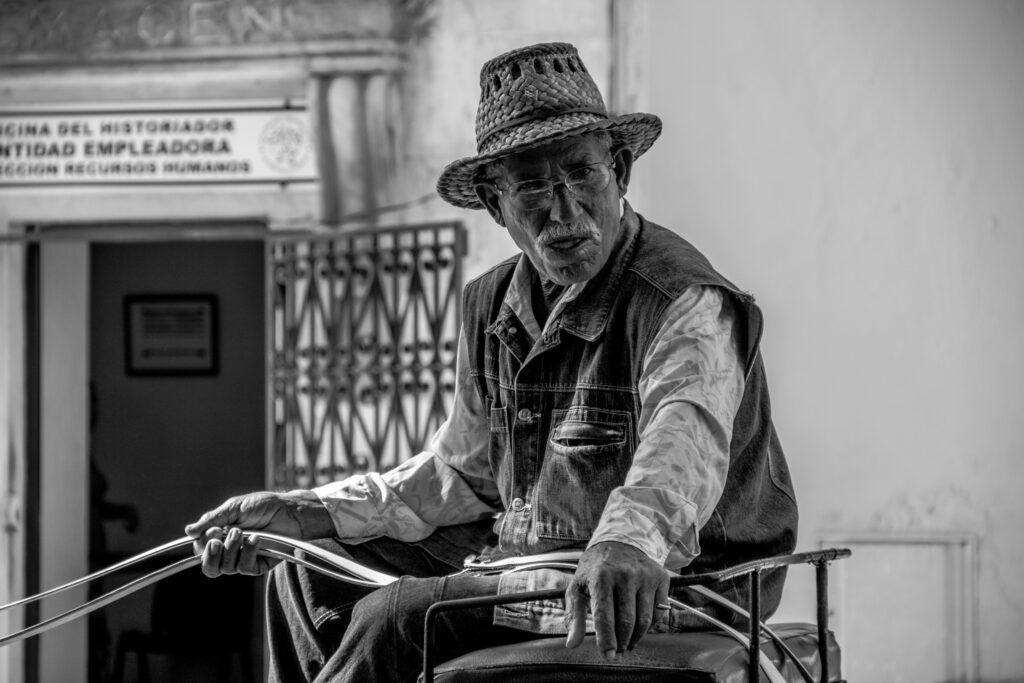 Retrato Viejo en Carro Blanco y Negro Mercado-La Havana, Cuba-2014