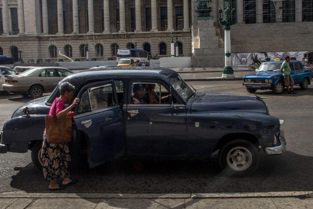 Señora subiendo Auto Capitolio-La Havana, Cuba-2014