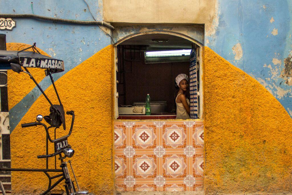 Retrato Chica cocinera, Pared Amarilla y Celeste-La Havana, Cuba-2014