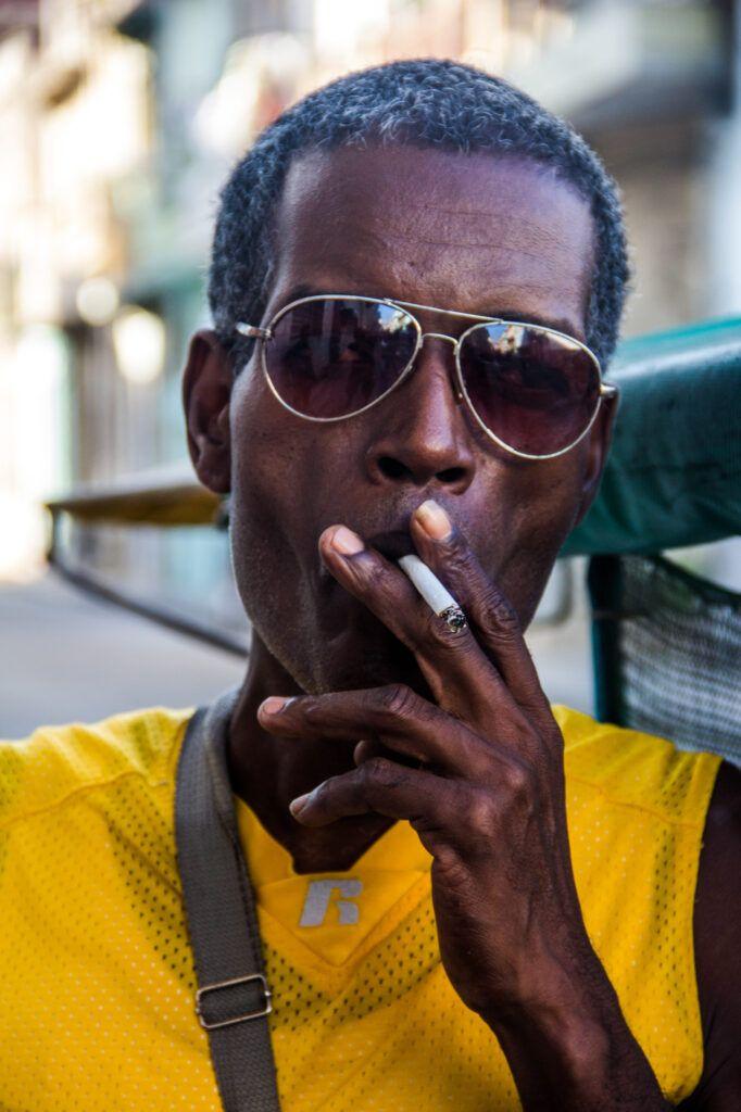 Retrato Hombre con Lentes de Sol fumando-La Havana, Cuba-2014