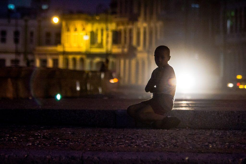 Niño contraste luz de noche-La Havana, Cuba-2014